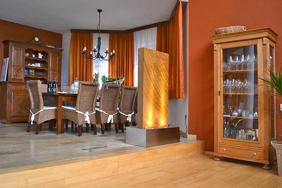 wasserwand aus glas, edelstahl, naturstein, stein, Wohnzimmer